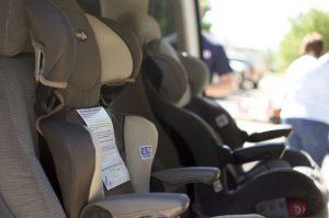 Poner la silla de los niños en el coche