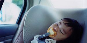 Poner la cilla de los niños en el coche